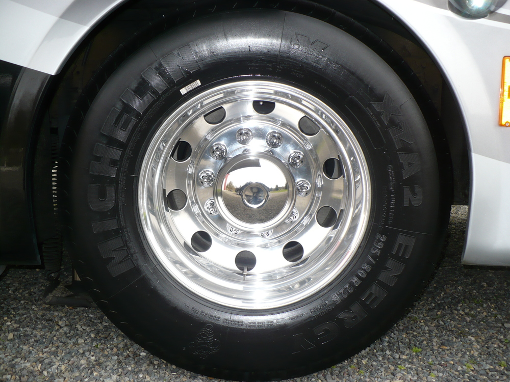 23 - COACH ALLEGRO BUS - Rear wheel ya pulido.JPG