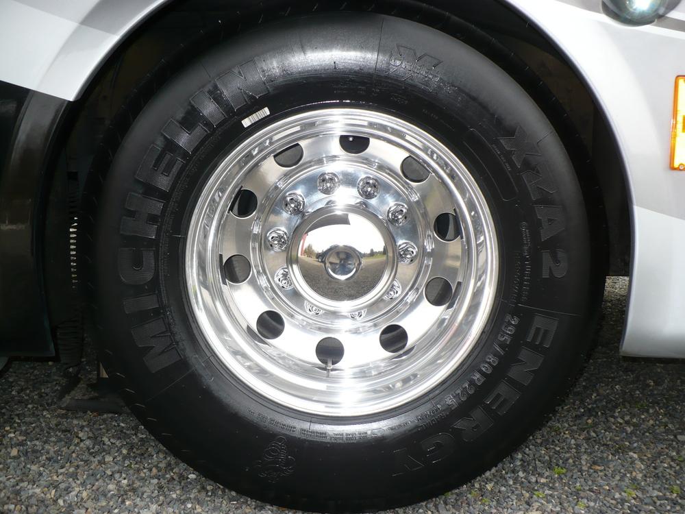 23 - COACH ALLEGRO BUS - Rear wheel ya pulido.JPG