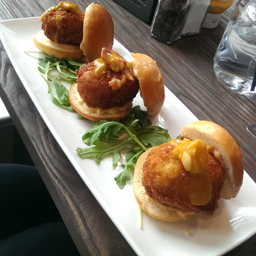 lobster mac n cheese sliders