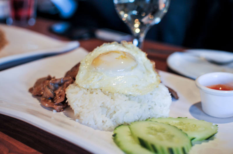 Nua gra teaum - stir-fried garlic beef with fried egg and jasmine rice