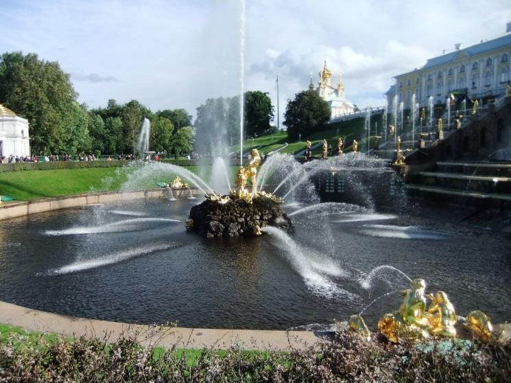 Another view of the Sampson Fountain and the beautiful palace gardens.