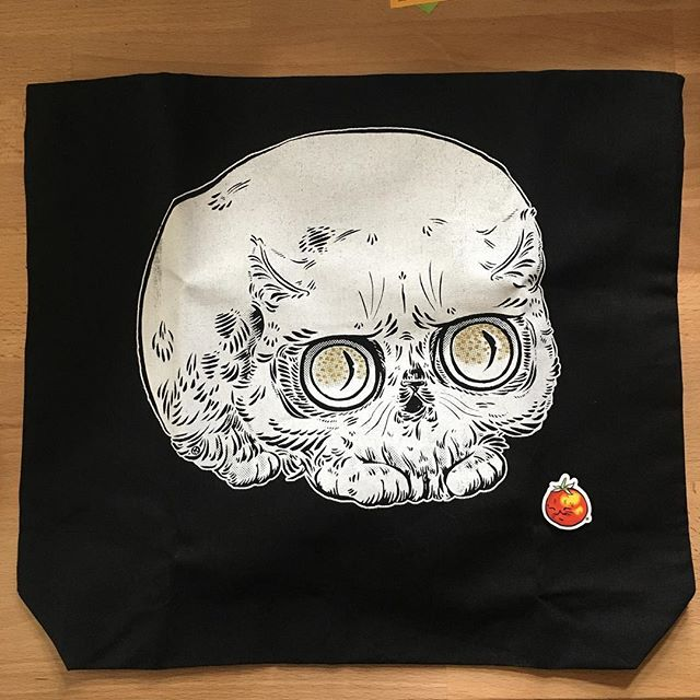 @paperpuffin !! Thank you thank you for this beautiful tote. ❤️💀🐱💀❤️and the baby tomatocat sticker. (So cute!!)