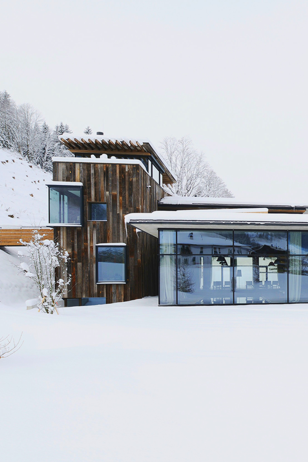 Wood and glass architecture in snow ITCHBAN.com