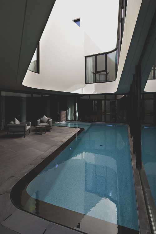 Inner courtyard swimming pool ITCHBAN.com