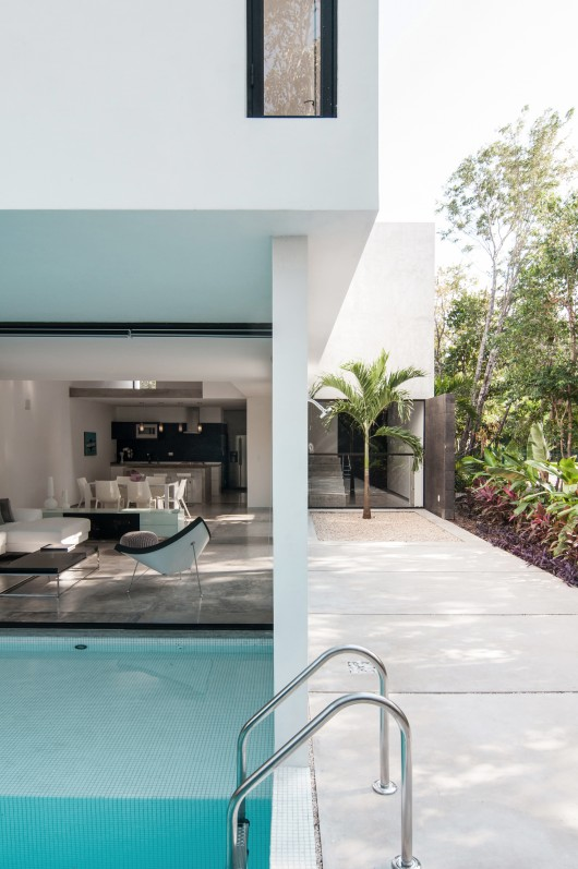 Modern home with pool ITCHBAN.com.jpg