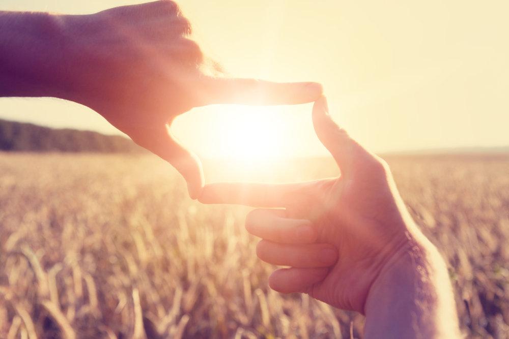 Näkökulman vaihtamisen taito - Kun vaihdamme näkökulmaa, katsomme asiaa toiselta kantilta, uudessa valossa,eri perspektiivistä, toinen hattu päässä... kun käännämme näkövinkkeliäja tulkitsemme joustavan monipuolisesti niin lähestymme haasteita rakentavammin, luomme uudenlaisia ajatuksia, ideoita, ratkaisuja ja usein myös samalla huomattavasti rikkaampaa elämää itsellemme.Tämä webinaari on ihan MUST jokaiselle! :)