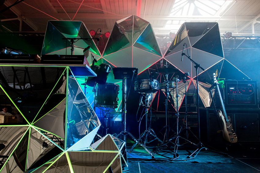 Asteriskos-yeasayer-digital-fabrication-creatorsproject-arandalasch-stage-fragrantworld-stage-setup.jpg