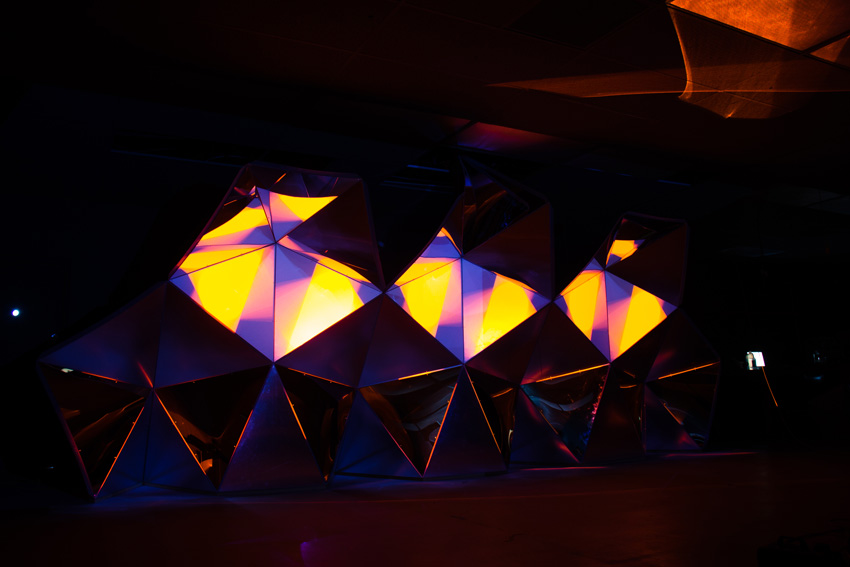 Asteriskos-yeasayer-digital-fabrication-creatorsproject-arandalasch-stage-fragrantworld-projection.jpg