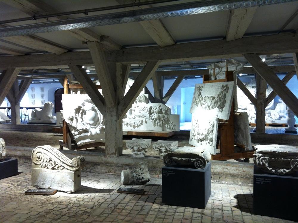 Kongernes Lapidarium i det gamle Bryghus er en stor ikke mindst æstetisk oplevelse.