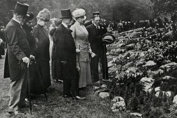 Queen-Mary-with-group-at-Chelsea-Flower-Show-Date-1913.jpg