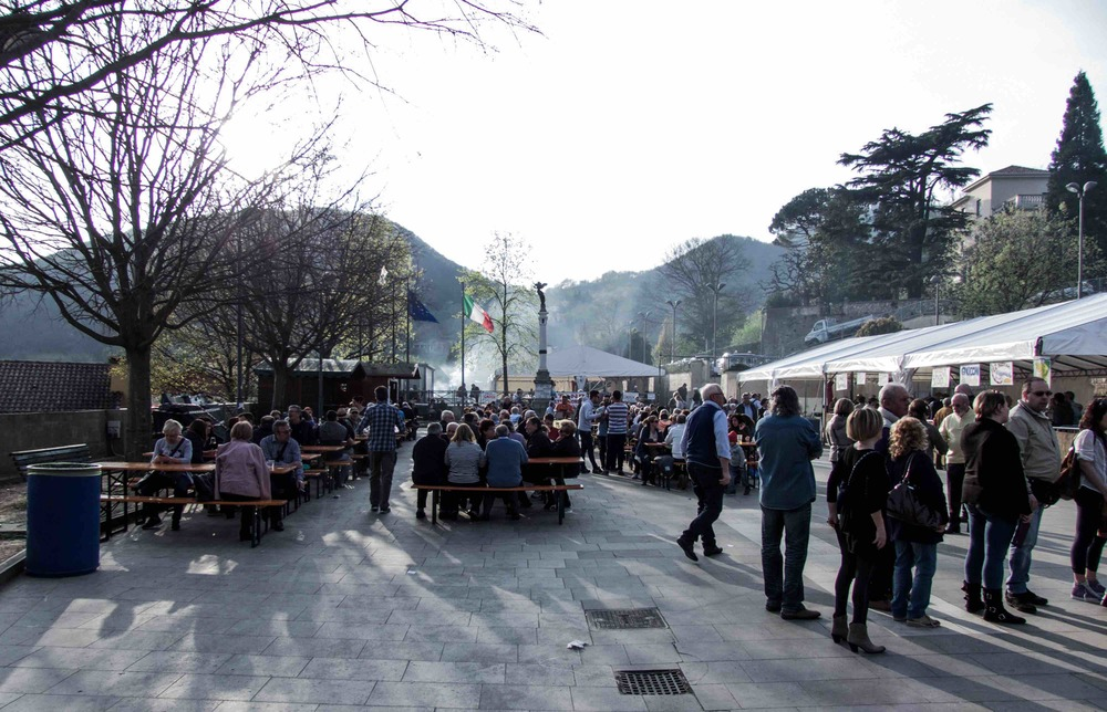 Sagra  del Gnocco at Teolo last Sunday -- check out all those people queuing and eating at communal tables.  What a great way to spend your Sunday with friends and families.