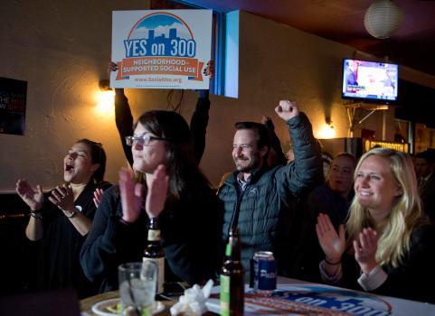 Los votantes de Denver celebran la victoria del Sí.