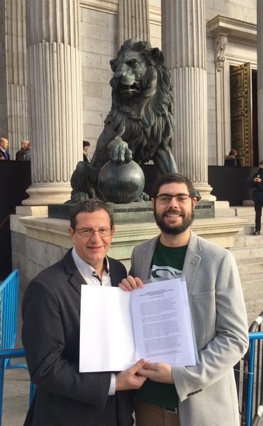 (Izquierda) El presidente de la Representación Cannábica de Navarra Fermín Les, junto al secretario general, Ramón Morcillo (derecha) sosteniendo el texto de la ILP.