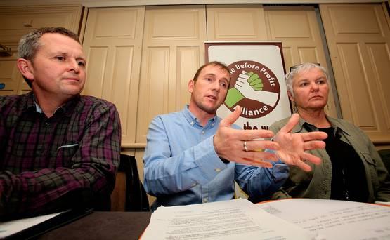 Gino Kenny (en el centro), diputado de People Before Profit. Foto de Tim Burke.