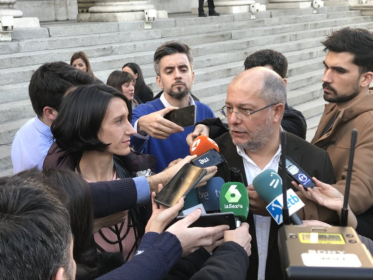 La presdidenta del OEDCM Carola Pérez, junto al diputado de Ciudadanos, Francisco Igea, durante la presentación de la PNL en el Congreso de los Diputados.
