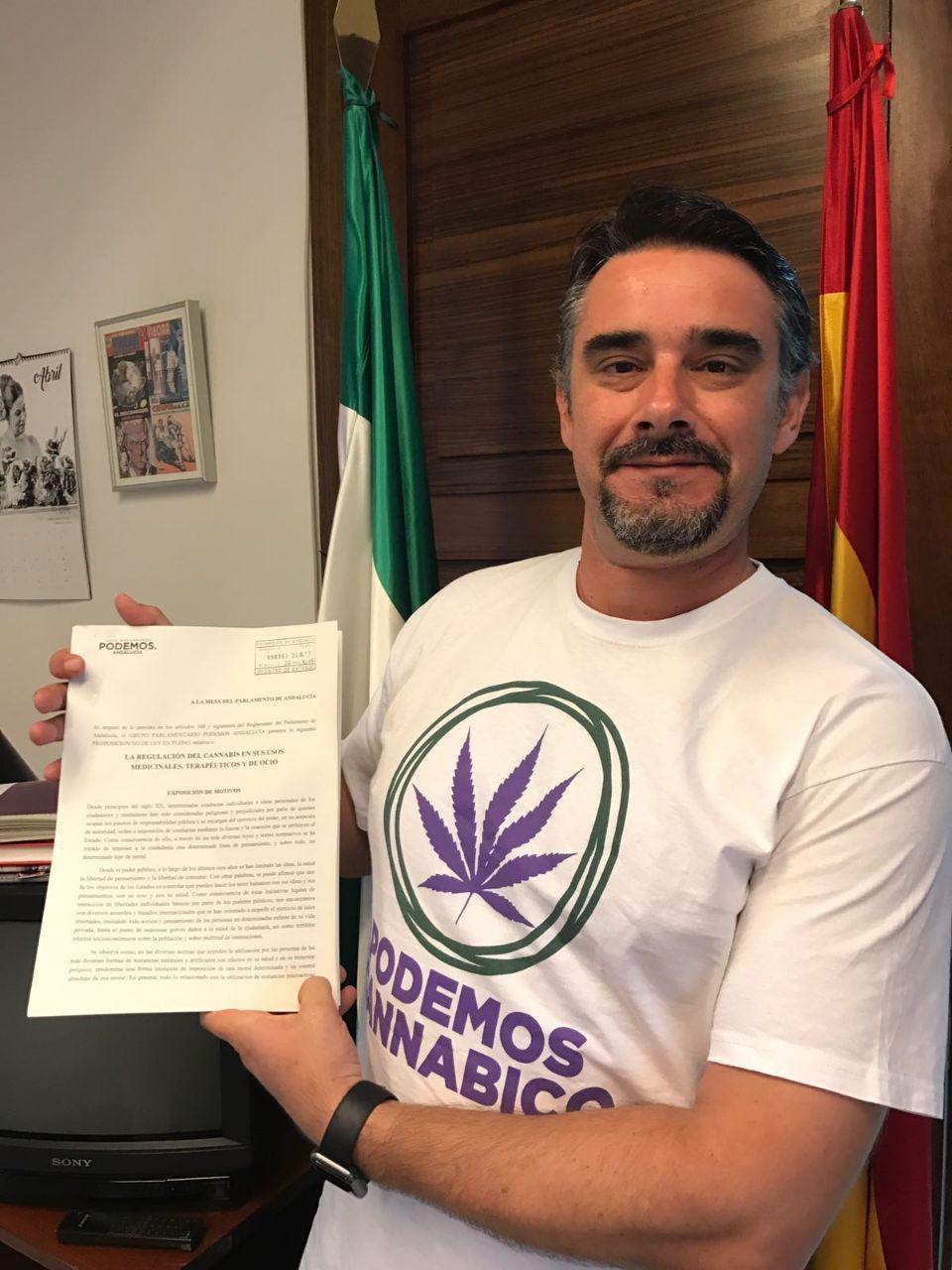 Juan Ignacio Moreno Yagüe, abogado y diputado autonómico andaluz con el texto de la PNL.