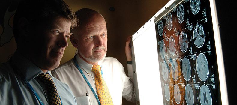Profesor David Walker y Profesor Richard Grundy, co directores del Centro de Tumores Cerebrales Infantiles de la Universidad de Nottingham,examinando un escáner cerebral.