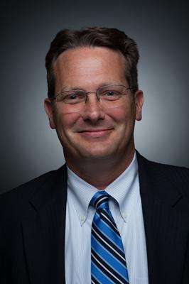 """Frank Robison - Frank Robison, Esq. es Asociado Senior de Vicente Sederberg LLC. El Señor Robison actualmente enfoca su práctica de derechos en negocios en general, capital privado, y propiedad intelectual. Antes de formar parte de Vicente Sederberg, Él Señor Robison trabajó como abogado para la Universidad de Colorado en Boulder en la oficina de Fiscalía General y la oficina de Protección y Comercialización de Propiedad Intelectual. Él trabajó en una amplia gama de asuntos legales de la Universidad, pero se centró en el cumplimiento de la investigación (tanto sustancias controladas y tecnologías controladas como también los controles de exportación de tecnología sensitiva) y la propiedad intelectual. Antes de ser en un abogado, Él Señor Robison trabajó por diecisiete años como propietario y gerente para diversas empresas de alta tecnología, incluyendo los sectores de los semiconductores y telecomunicaciones. Fue dueño de una fábrica de pintura industrial basada en tecnología robótica y otrasformas de atomización. El Señor Robison fue voluntario en el Cuerpo de Paz, """"Extensionista Agrícola,"""" en Honduras desde 1994-1996 y estudió en la Escuela Agrícola de Zamorano. El Señor Robison recibió una licenciatura de Colby College, con honores, un Máster de la Universidad de California en San Diego con honores una licenciatura de derechos de la Facultad de Derechos de Vermont con altos honoresy Máster de Derechos Constitucionales de la Universidad de Sevilla, España y Máster de Derecho Mercantil de la Universidad de Colorado Boulder. Él habla tres lenguas extrajeras: español con fluidez, portugués conversacional, y chichewa (un dialecto Bantú de Malawi). También, el Señor Robison tiene una licencia federal de los EE.UU. como agente de aduanas."""