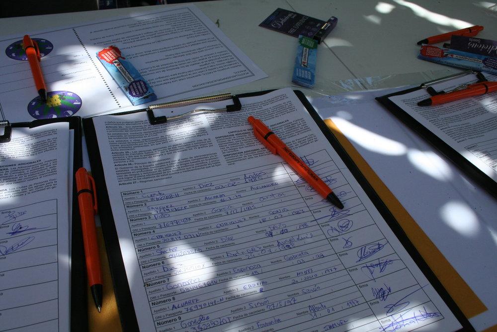 Los pliegos de la ILP 'Tu Papel Importa' con las firmas de los asistentes.