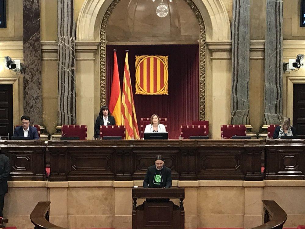 David Pere Martinez Oró dando su discurso en el Parlament defendiendo la ILP.