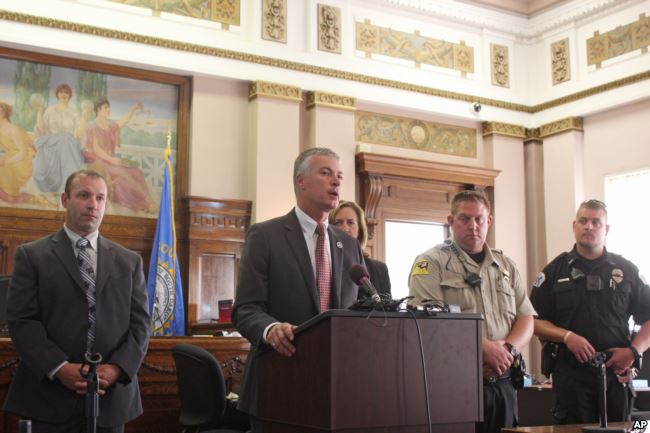 El fiscal general de Dakota del Sur, Marty Jackley, anuncia cargos contra dos consultores que trabajaron con una tribu nativa americana en sus planes de abrir el primer centro de marihuana de la nación durante una conferencia de prensa el 3 de agosto de 2016 en Flandreau, S.D.