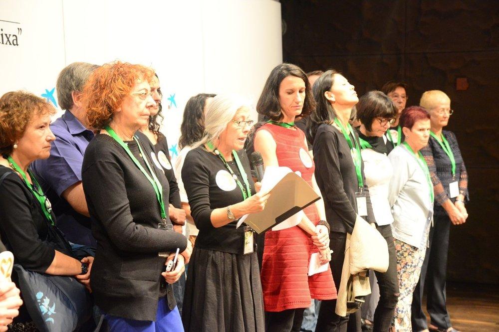 Los pacientes de la fundación Dos Emociones suben al escenario para leer un manifiesto por la Regulación. Foto de David Calle.