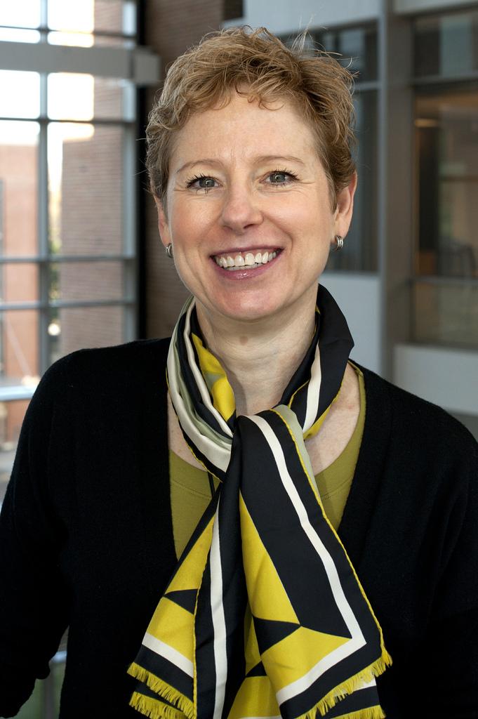 Leslie Kux, comisaria de políticas de la FDA.