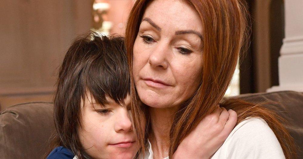 Billy Caldwell, paciente de epilepsia, junto a su madre.