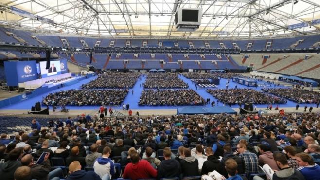 Een ledenvergadering bij Schalke 04.