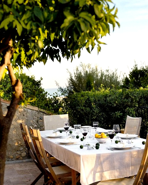 Alfresco dining.....yes please.
