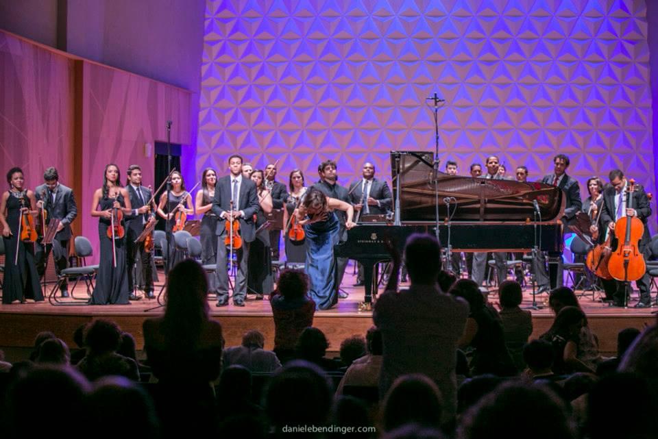G1.COM A Academia Jovem Concertante, orquestra formada por jovens músicos, apresenta concertos itinerantes em abril de 2015.