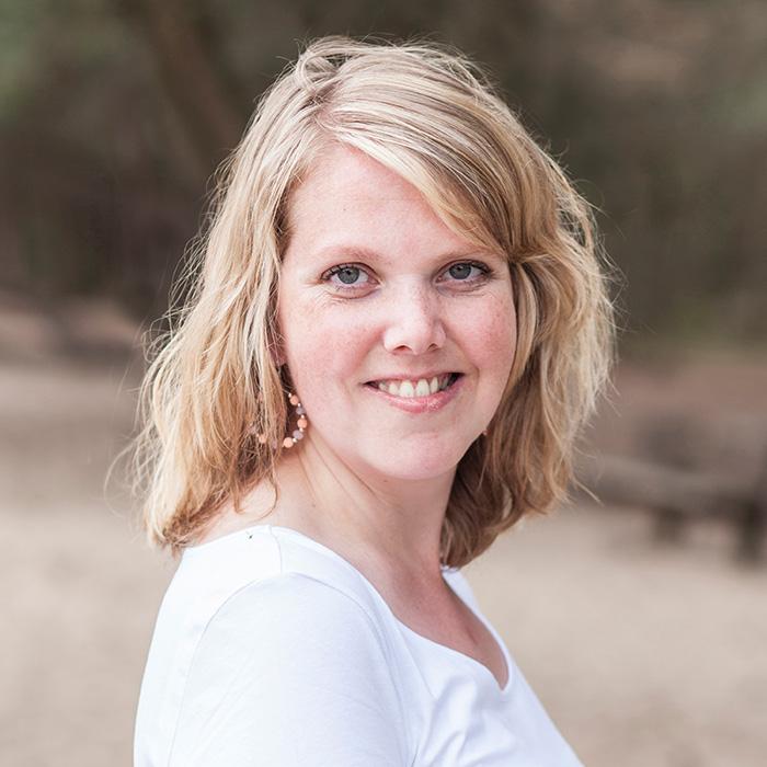 """Evelyn Koelewijn – De kracht van imperfectie - Evelyn is 31 jaar en heeft HBO-SPH gestudeerd. Tegenwoordig is ze fotograaf, coach en spreker, vanuit haar eigen bedrijf Onbeperkt Puur. Evelyn werd geboren met lichamelijke beperkingen. Ze haatte de zichtbare gevolgen hiervan en wilde niets liever dan erbij horen. Jarenlang stak zij haar energie in 'normaal' willen zijn. In haar TED Talk vertelt Evelyn hoe zij de kracht van imperfectie ontdekte en hoe dit ook jou kan helpen.""""Het is mijn missie om vrouwen te inspireren om hun imperfectie te omarmen en om te buigen naar authentieke kracht. Zodat zij hun unieke licht laten schijnen in deze wereld!"""""""