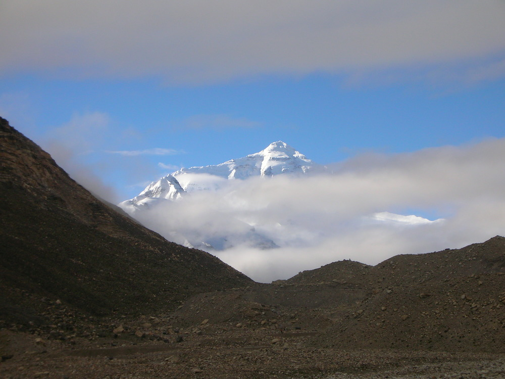 Everest seen approaching base camp from the north. p: Ted Ryan, 2007