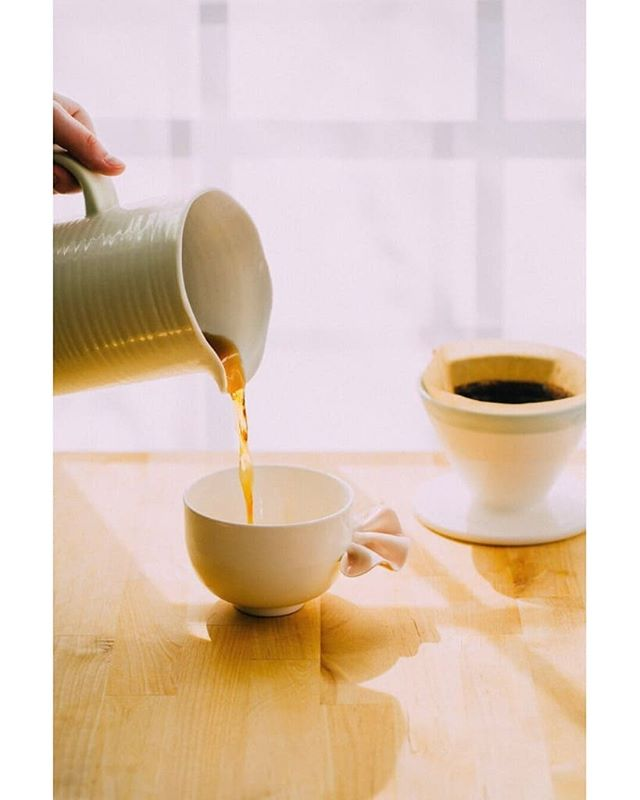 Les magnifiques cônes à café sont en vente sur la campagne @ulule de @lesfaiseurs! Lien dans la Bio!  Grande nouvelle, Les Faiseurs ont maintenant un local sur St-Laurent près de  Beaubien. Je suis très excité de m'impliquer à la conception de la partie atelier. Je donnerai aussi des cours dans dès l'ouverture en juillet. Allez les encourager! 👐😄❣️ . . . #ceramics #shoplocal #atelier #poterie #lesfaiseurs #poterieclasses #cours #coursdepoterie #cafe #poorover #coffee Photo: @mo_becotte