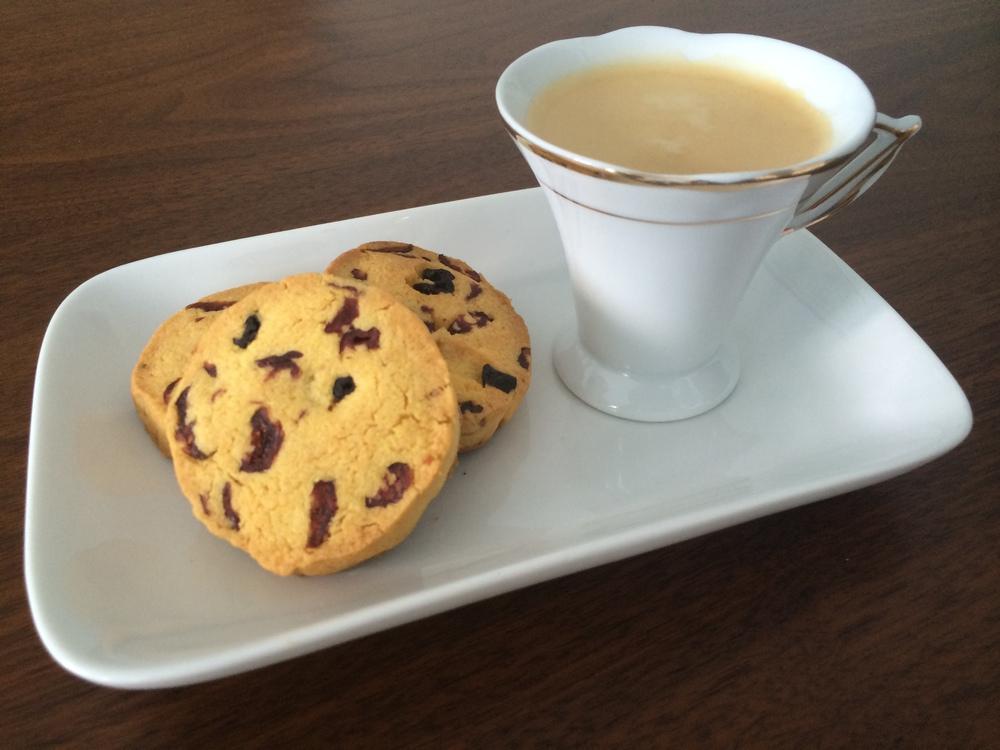 Acabei tirando uma foto do biscoito com um cafezinho porque, mesmo a receita sendo uma versão de um clássico americano, o objetivo aqui é lembrar de casa!