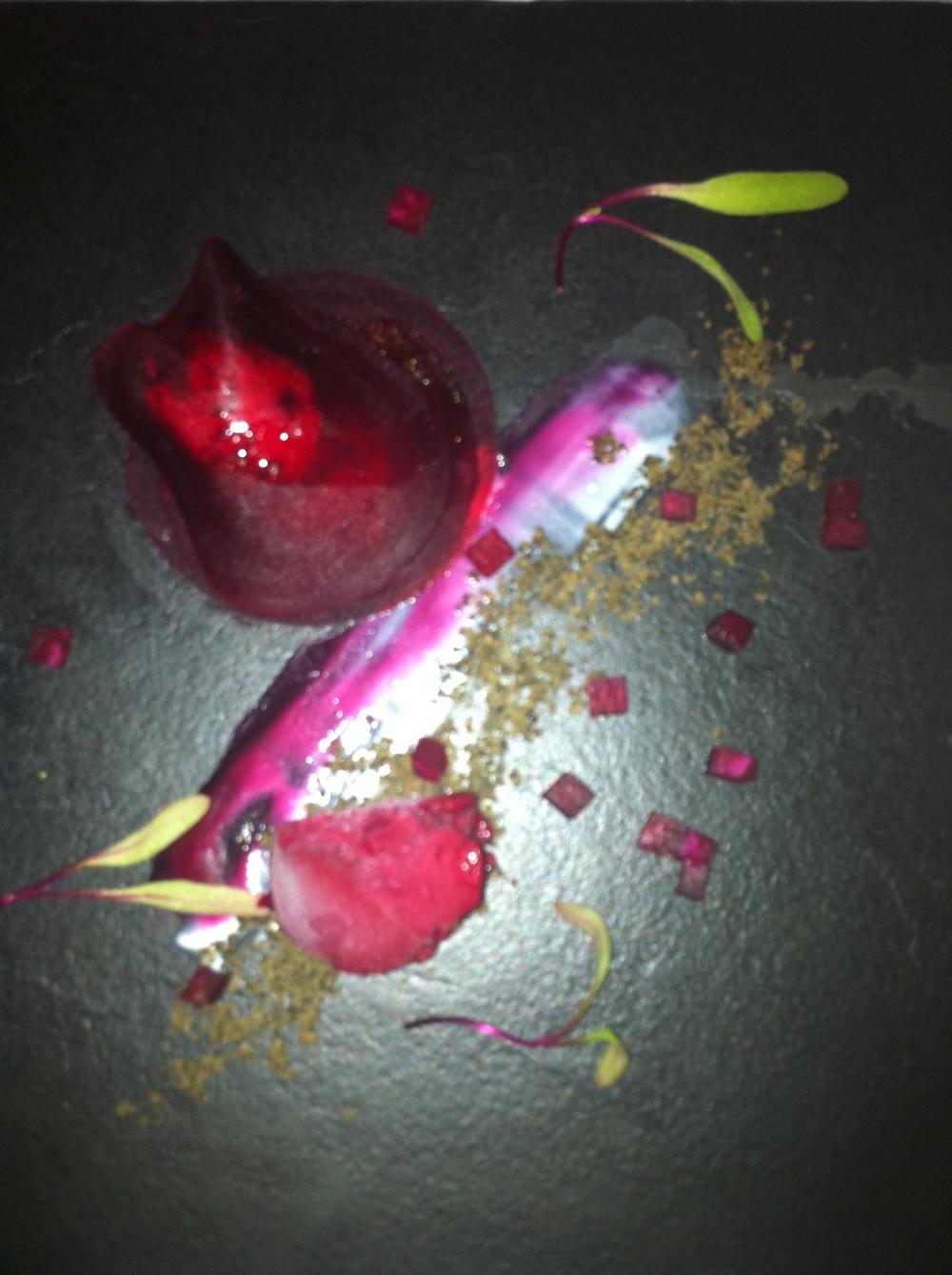 Segundo destaque da noite: como a surpresa de sabores pode vir de coisas simples, né? Mil-folhas de beterraba com Chantilly de anchovas, que delícia! Eu quis lamber o prato...