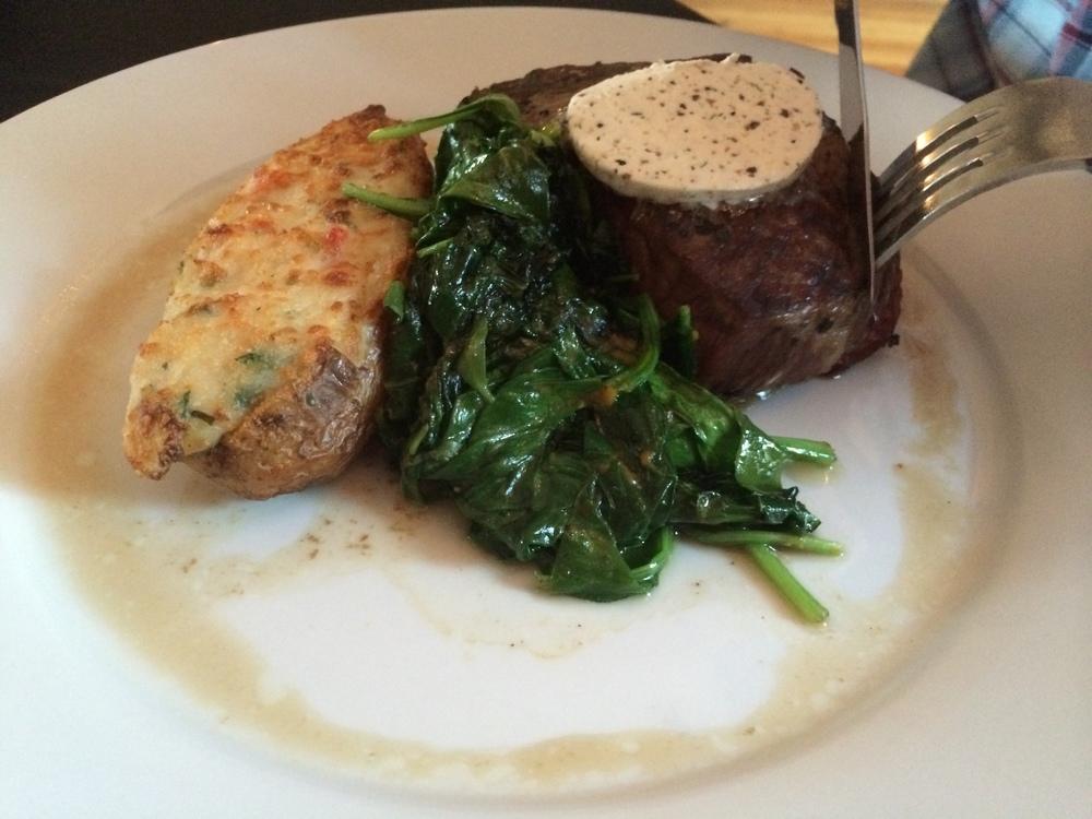 Prato do Bruno: Ribeye com manteiga de ervas, batata assada recheada com lagosta e espinafre salteado.