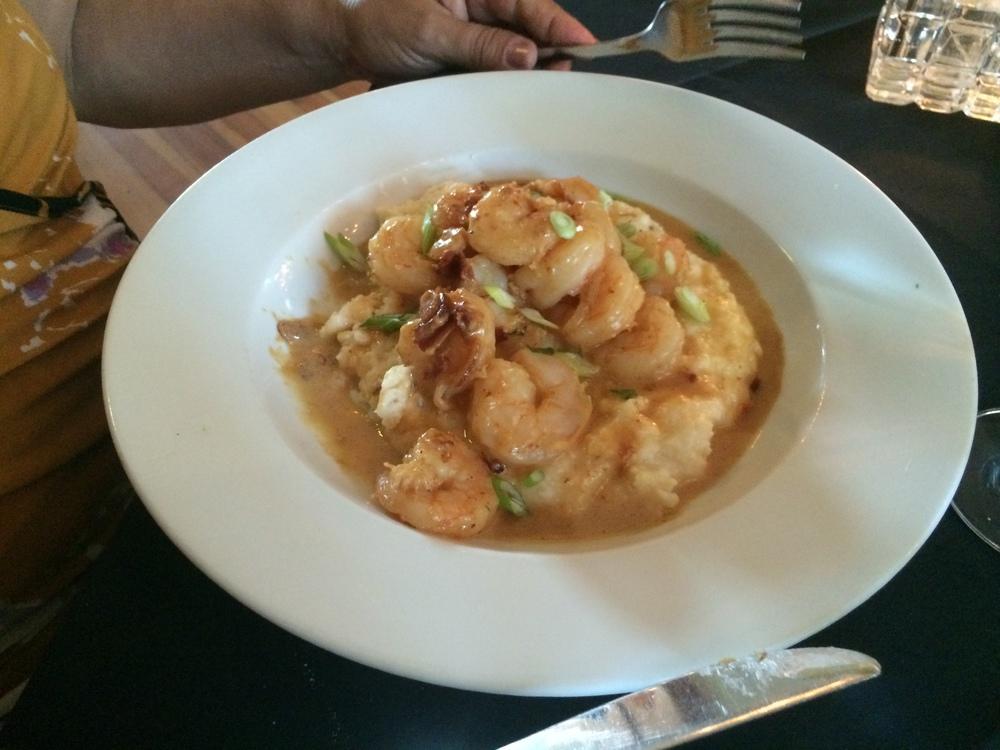 Prato da minha sogra, que me pediu para escolher por ela: Shrimp and Grits! Perfumado e muito gostoso.