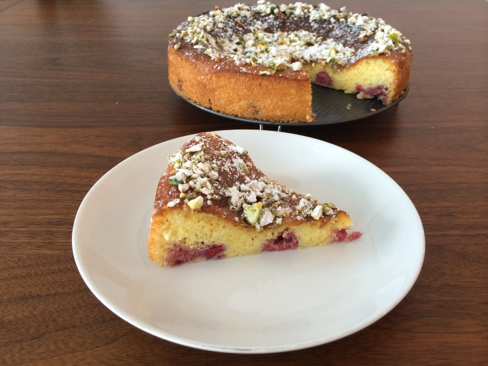 Fatia do bolo pra ver como ficam as framboesas na massa.