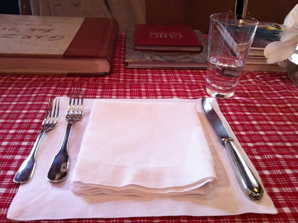 A mesa posta, enquanto eu esperava. A decoração do lugar é bastante interessante, um rústico-chique que cria certa intimidade. Estantes com livros sobre culinária e apenas 2 garçons, que surgiam de vez em quando.
