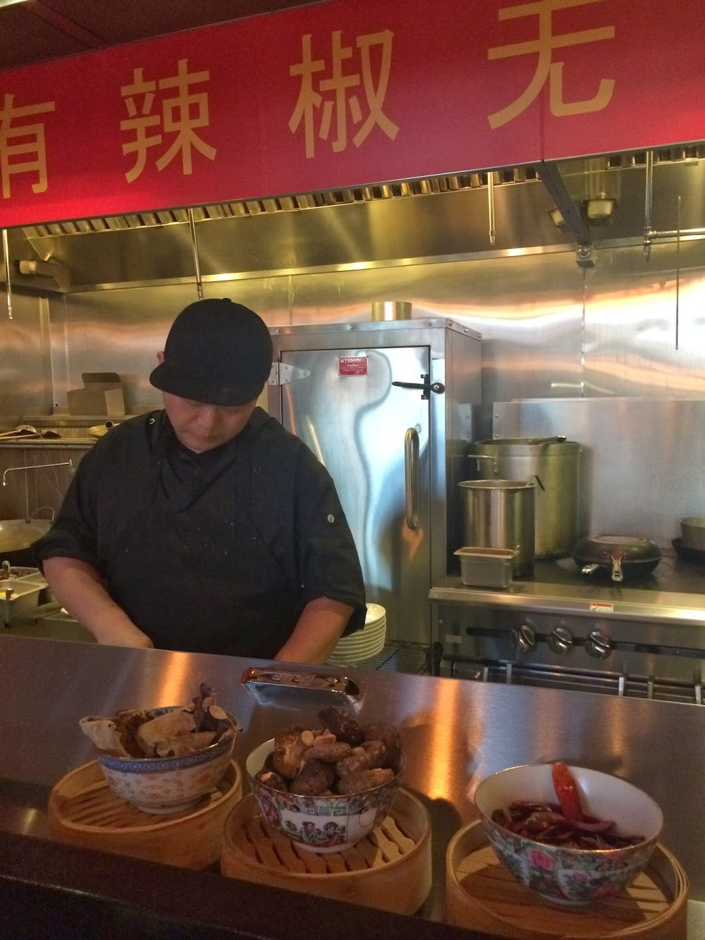 É possível sentar-se junto ao balcão para ver os cozinheiros, de Hong-Kong e da província de Huan, trabalhando e finalizando alguns pratos.