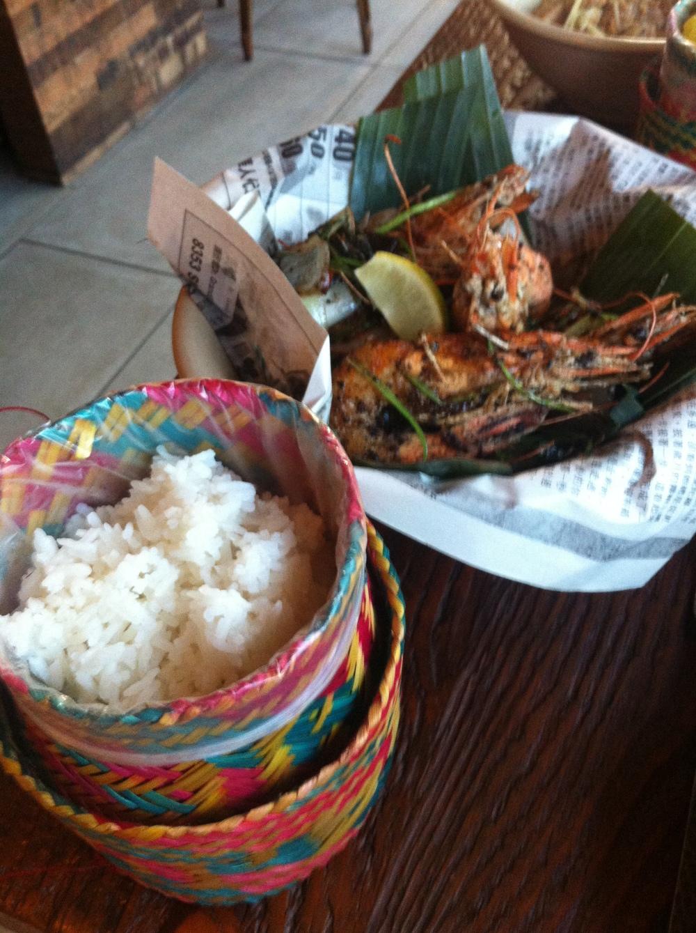 Vietnamese-Style Crispy Prawns   : salteados com chili tailandês fresco, alho, chalota, cebolinha e especiarias. Servido com arroz Jasmine Tailandês. Quando acabou, eu quis comer o papel pra aproveitar o caldinho.