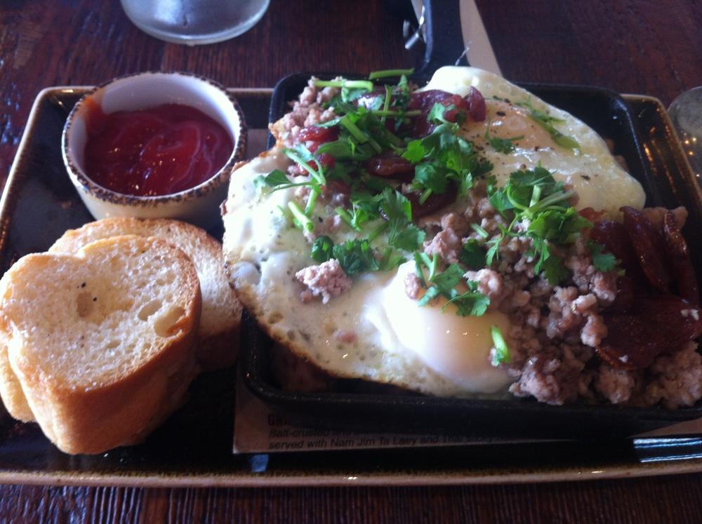 G.I. Breakfast  : Linguiça adocicada chinesa, 2 ovos fritos com gema mole, carne de porco cozida no vapor, coentro e torradas de baguette. Acompanhado de molho parecido com catchup. Pense que morri? Delícia!