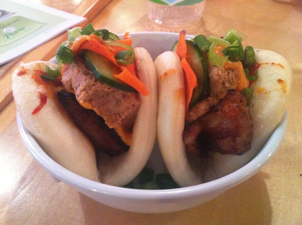 Banh mi : Barriga de porco Kurobuta cozida sous-vide, pate de tete , maionese feita na casa, kimchi* de cenouras e picles.