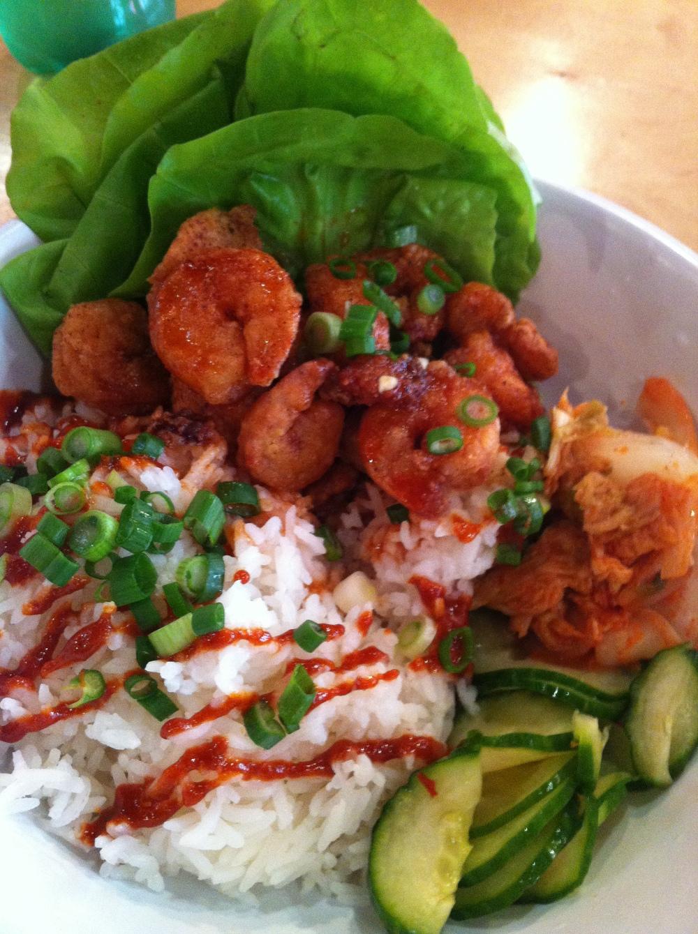 Popcorn Shrimp Ssam : camarão frito com um toque de canela e outras especiarias, Kimchi* e picles, arroz jasmim.