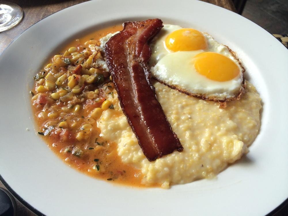 """The Southern (pronuncia-se """"De Sãdarn""""): Grits com molho picante de milho, ovos fritos e Maple Syrup Bacon."""