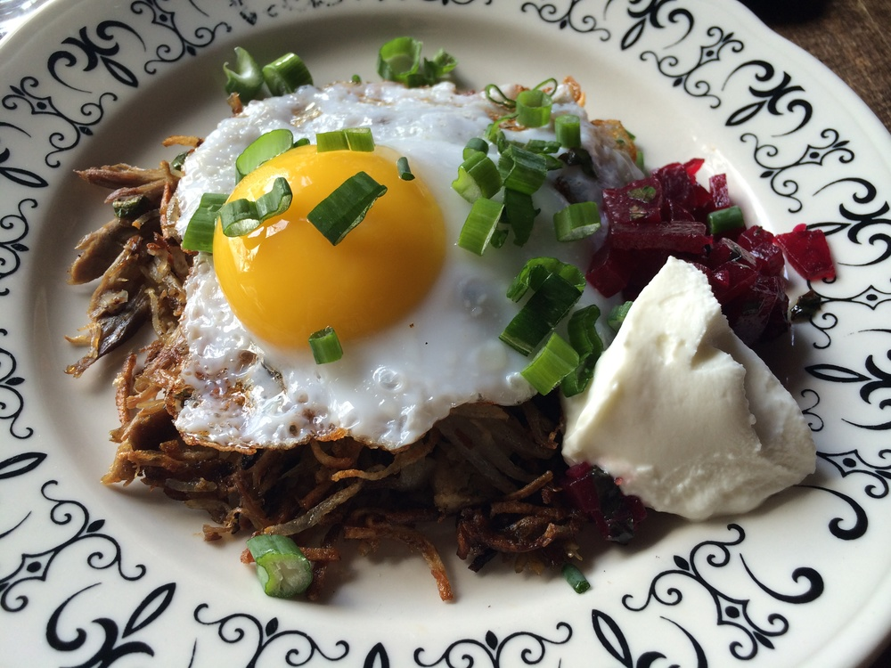 Duck Hash: Ovo de pata frito sobre mix de batatas e carne de pato chapeadas até ficarem crocantes, como numa panqueca de batatas, parecido com a Rosti.