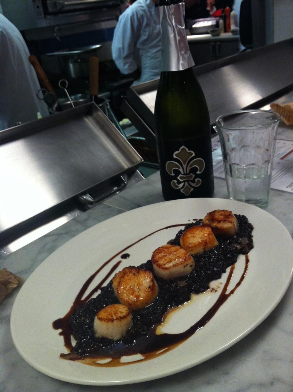Fazer uma horinha e comer Vieiras com arroz negro (acima) no Il Pesce ou um Agnolotti (abaixo) no La Pasta, beber mais vinho e comprar várias garrafas pra levar pra casa.