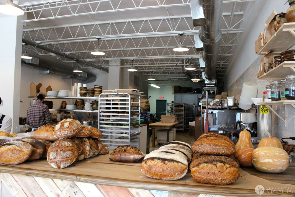 Fonte: http://mitchandmeltakemiami.com/wp-content/uploads/2014/07/IMG_0646.jpg  Logo na entrada, os pães. Usados nos prados da casa, podem ser comprados pra levar.