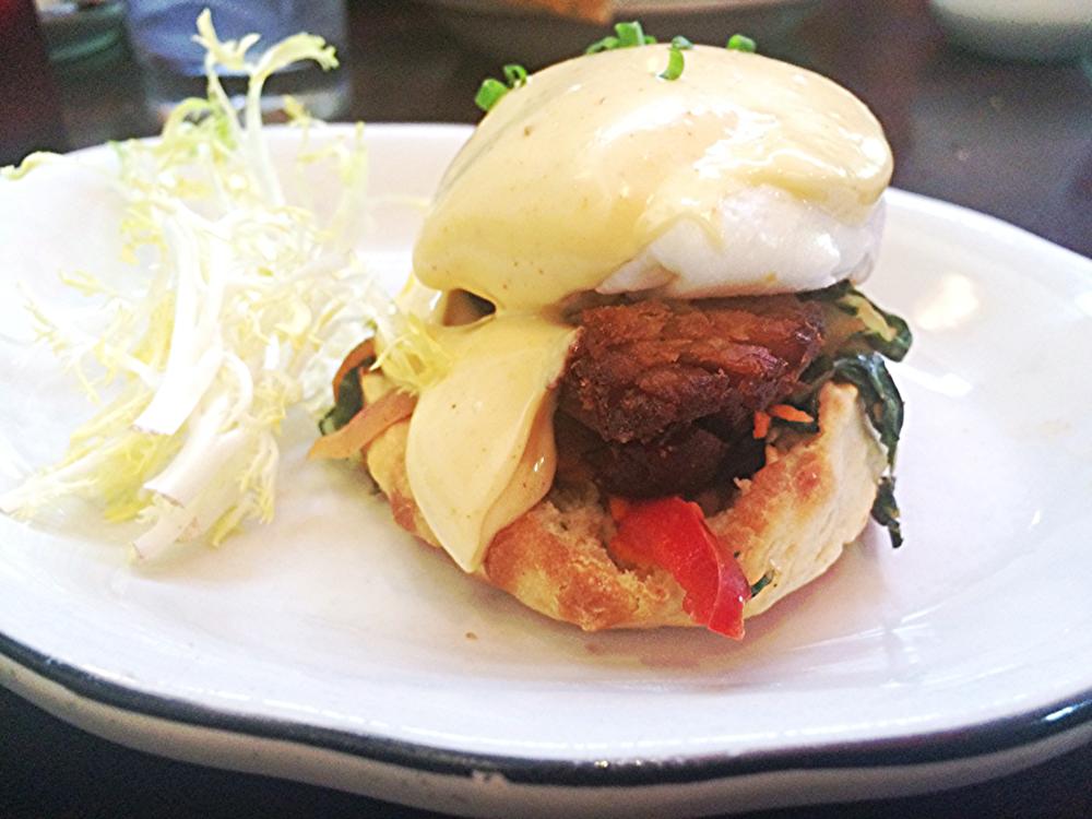 Kimchi Benedict:  o molho holandês foi enriquecido com  kimchi , que consiste numa técnica de fermentação de vegetais. A barriga de porco estava crocante por fora e super úmida por dentro. Seguramente uma das melhores versões de  Eggs Benedict  que já experimentei.